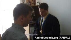 Суддя Дмитро Ястребов зачитує рішення суду Олександрові Данилюку у своєму кабінеті