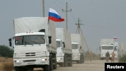Грузовики так называемого гуманитарного конвоя, направляющиеся из России в Украину.