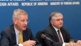 Armenia -- Head of European Union's Troika delegation Carl Bildt (left) and Minister of Foreign Affairs of Armenia Edward Nalbandian (right) at a press-conference in Yerevan, 20July2009