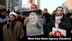 Похоронная процессия в Тегеране. Люди несут портреты Касема Сулеймани