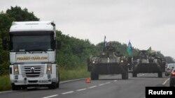 Patrulă de blindate ucrainene pe un drum din regiunea Doneţk, 18 august 2014