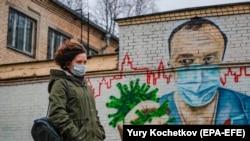 Женщина в маске идет по улице в Москве. 19 ноября 2020 года.