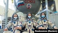 Роскосмостун космонавттары Сергей Рыжиков, Сергей Куд-Сверчков жана НАСАнын астронавты Кейт Рубинс. Октябрь, 2020-жыл.