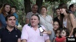Жерар Депардьє з мешканцями Сухумі в Абхазії у Грузії, 1 липня 2013 року
