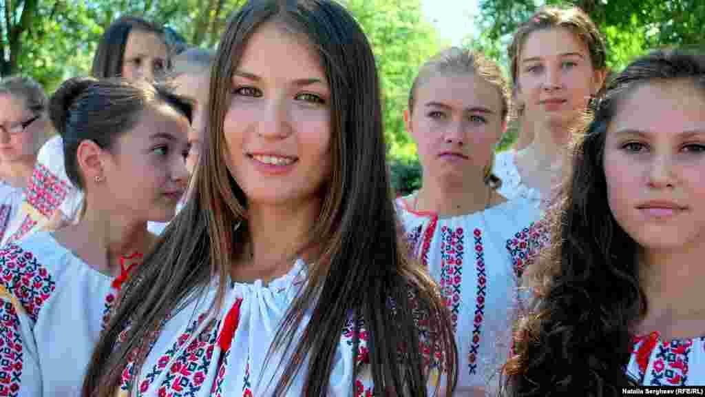 """Tinerii de la Cenac, r. Cimișlia, au întâmpinat echipa Europei Libere cu pâine și sare, îmbrăcați în costume naționale. Au făcut și o scurtă prezentare a istoriei satului: Cenac, din găgăuză, înseamnă """"farfurie""""."""