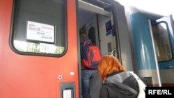 Putnici se ukrcavaju u voz na železničkoj stanici u Beogradu