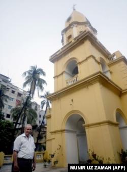 مارتین در مقابل یک کلیسای تازه نقاشی شده در سال 2008.