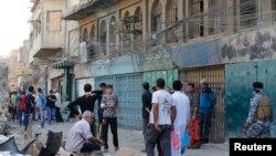 مردم بغداد در نزدیکی محل انفجار روز دوشنبه در این شهر تجمع کردهاند.