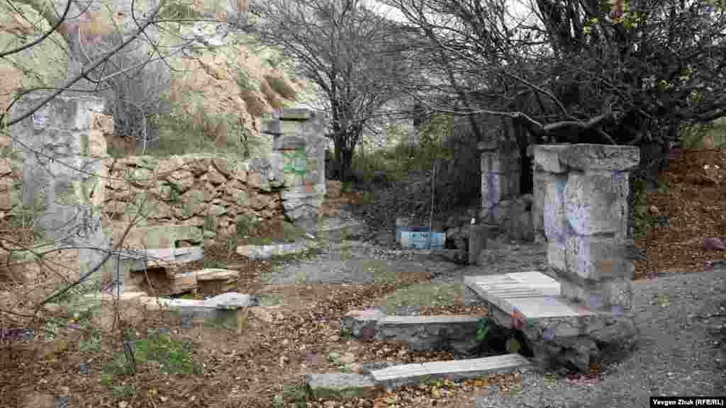 Родник «Скифия» в балке Кефало-Вриси пока действует, но воды очень мало
