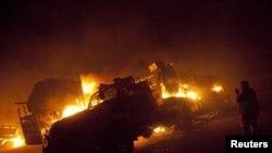 کامیون هایی که مورد حمله قرار گرفتند در آتش می سوزند.