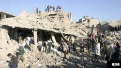 أهالي منطقة الزنجيلي يتفقدون موقع الانفجار بعد يوم من حدوثه، 24 كانون الثاني 2008