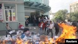 """""""Мекен шейиттери"""" жана """"Айкөл Ала-Тоо"""" кыймылдарынын мүчөлөрү """"Ата Журт"""" партиясынын кеңсесинин алдында партиянын үгүт баракчаларын өрттөштү, Бишкек, 6-октябрь."""
