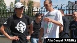 Cu portretul lui Corneliu Zelea Codreanu pe piept, la Chișinău în fața Ambasadei Statelor Unite...
