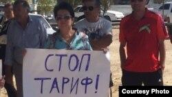 Участники митинга против повышения тарифов и загрязнения окружающей среды. Атырау, 20 сентября 2015 года.