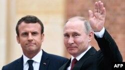 Макрон Путинди Париждин сыртындагы Версаль сарайынын алдында тосуп алды, 29-май 2017-жыл.