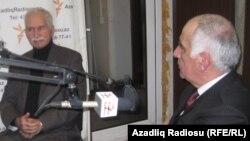 Rafiq İsmayıl (sağda) və Ənvər İmanov (solda) Bakı Bürosunda. 2 fevral 2012