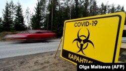 O pancartă care anunță carantina impusă de Covid-19