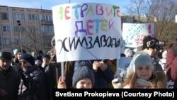 """""""Не травите детей химзаводом"""". На митинг в Пскове пришли семьи с детьми. 3 марта 2019"""
