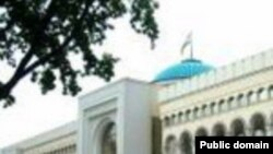 Baland temir panjara bilan o'ralgan Toshkent hokimiyati binosi.