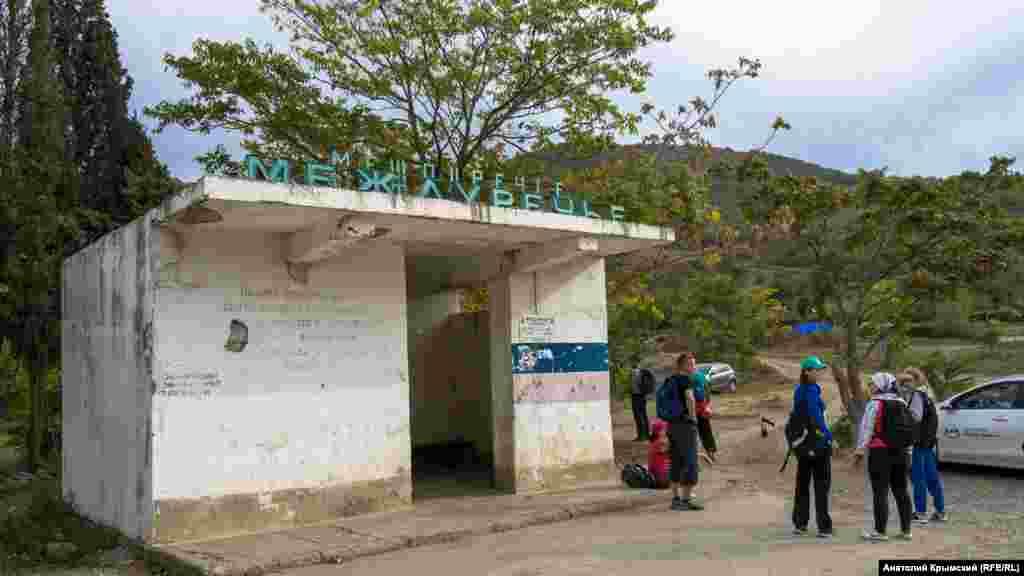 Туристы в ожидании заказного автобуса