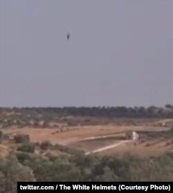 На стоп-кадре бомбардировки больницы в Хассе хорошо видна сброшенная с вертолета бочковая бомба