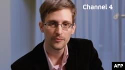 Бывший контрактник АНБ Эдвард Сноуден выступает на одном из телеканалов.