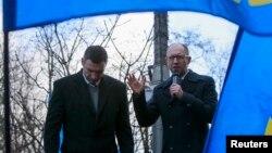 Оппозиционные украинские политики Арсений Яценюк (справа) и Виталий Кличко (слева) во время акции протеста у здания правительства. Киев, 27 ноября 2013 года.