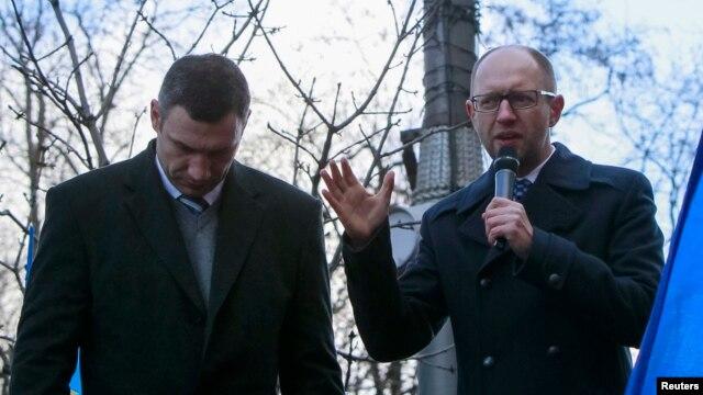 Украина оппозициясының жетекшілері Виталий Кличко (сол жақта) мен Арсений Яценюк (оң жақта) үкімет үйі алдындағы қарсылық акциясында. Киев, 27 қараша 2013 жыл.