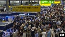 В толпе в аэропорту Хитроу, наверное, карманникам было бы работать легче