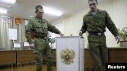 Военнослужащие устанавливают урну для голосования на избирательном участке. Иллюстративное фото.