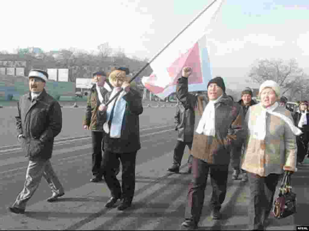 Активисты оппозиции проводят демонстрацию протеста в годовщину Декабрьских событий. Алматы, 17 декабря 2008 года. - Активисты оппозиции проводят демонстрацию протеста в годовщину Декабрьских событий 1986 года. Алматы, 17 декабря 2008 года.