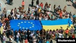 Молоді люди під час відзначення Дня Європи в Луцьку (архівне фото)