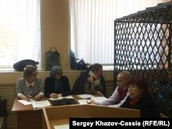Людмила Любимова (в центре) в Ростовском районном суде
