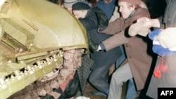 Літва: дэманстранты абараняюць віленскі тэлецэнтр ад савецкіх войскаў, 13 студзеня, 1991