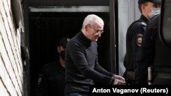 یوری دمیتریف پس از یکی از جلسات دادگاهش در اول مرداد امسال