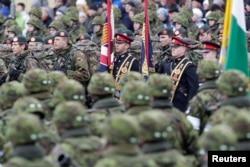 Нидерландские и британские солдаты на параде в Нарве (Эстония), 24 февраля 2015