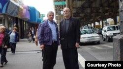 Олександр Ґрант (праворуч) із засудженим вбивцею Монєю Ельсоном на Брайтон-Біч у 2003 році
