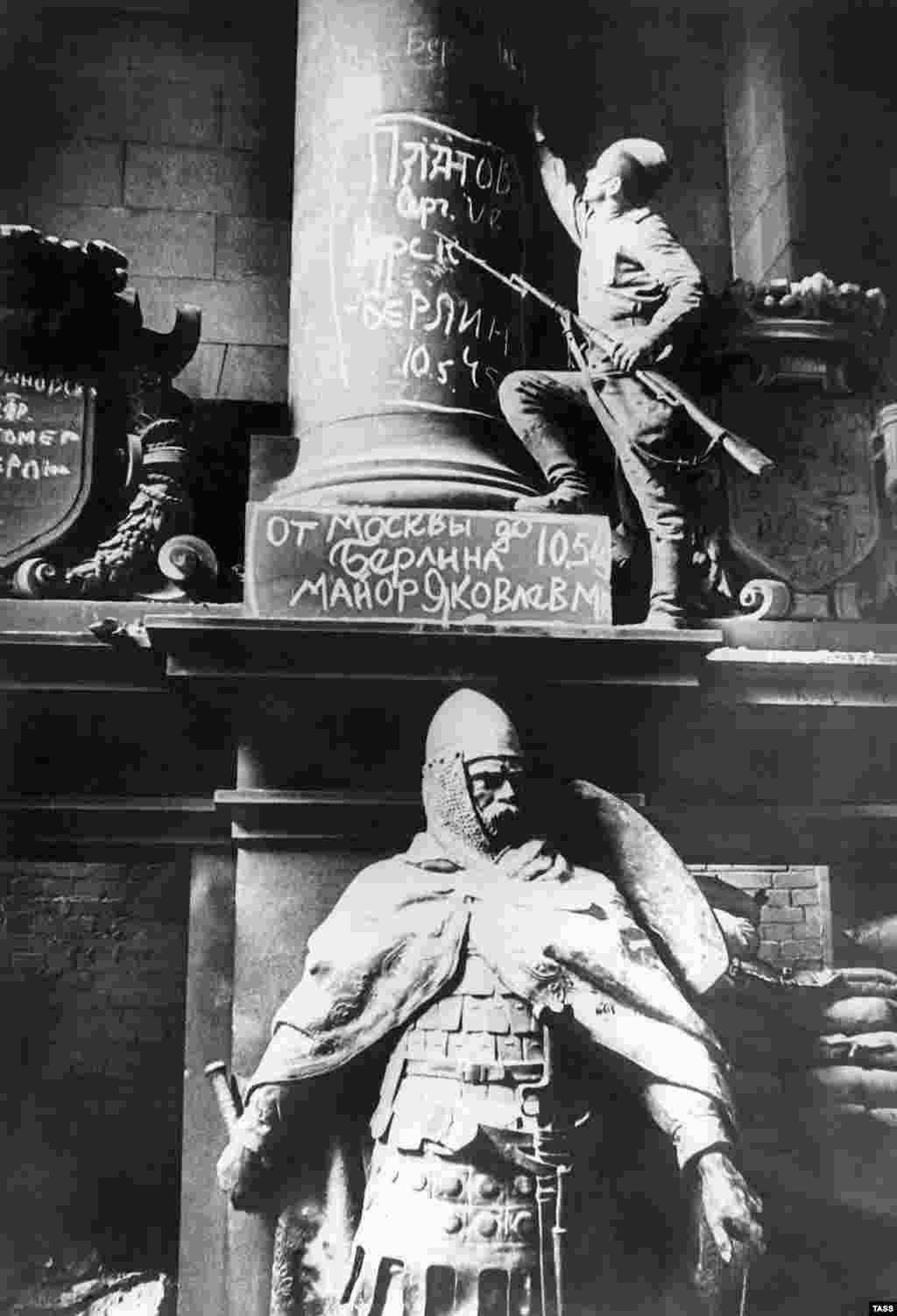Большая часть надписей на Рейхстаге была сохранена. Самые непристойные сообщения и содержавшие угрозы насилия были удалены.