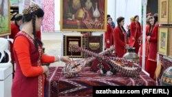 Türkmen gyzlary we dutar