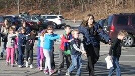 Copii de la șocala primară Sandy Hook din Newtown, Connecticut, evacuați de forșele de ordine.