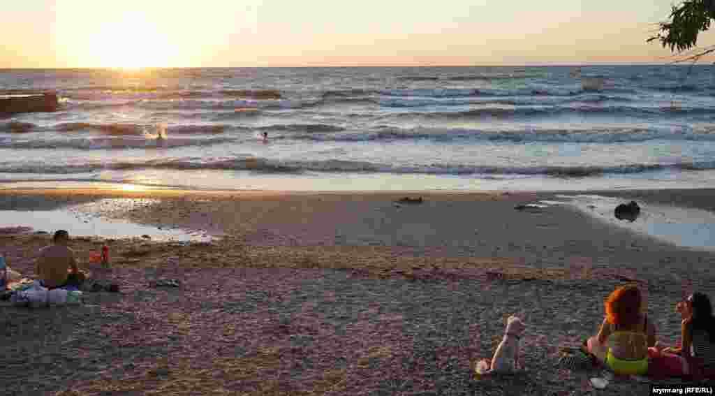 Немногочисленные отдыхающие на пляже Песчаного