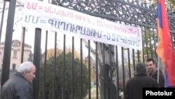 ЕАЭБга каршылардын Армения парламентинин алдында өткөргөн акциясы. 1-декабрь, 2014-жыл.