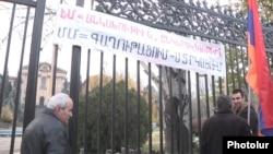 Активисты перед зданием парламента Армении выступают против ратификации договора о вступлении в ЕАЭС. Ереван, 1 декабря 2014 года.