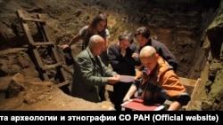 Ученые в Денисовой пещере