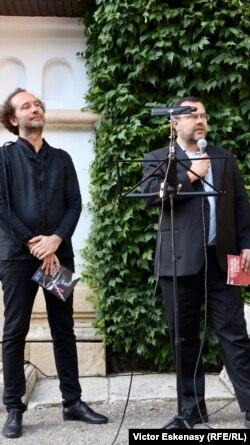 Violistul Răzvan Popovici, SoNoRo Conac, și directorul-general BRD, François Bloch, la deschiderea concertului de la Ștefănești