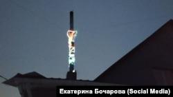 Печная труба, украшенная жительницей Красноярского края по совету министра