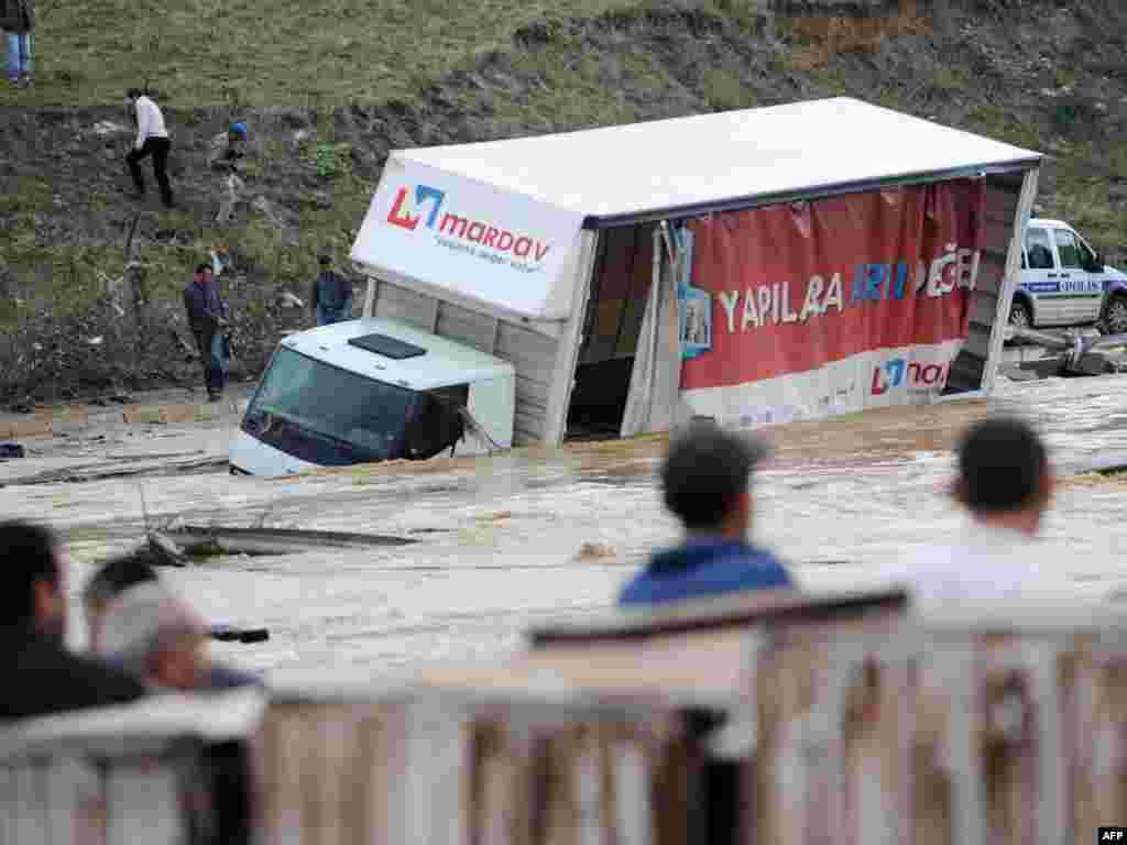 По меньшей мере 14 человек погибли в результате наводнений, вызванных сильными проливными дождями на северо-западе Турции