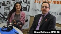Claude Cahn și Rada Pădureanu în studioul Europei Libere la Chișinău