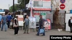 Іван Бедка падчас збору подпісаў у Слоніме (здымак ініцыятыўнай групы Алеся Масюка)
