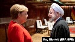 حسن روحانی در حال گفتوگو با آنگلا مرکل در حاشیه نشست ۷۴ مجمع عمومی سازمان ملل در ۲۴ سپتامبر ۲۰۱۹